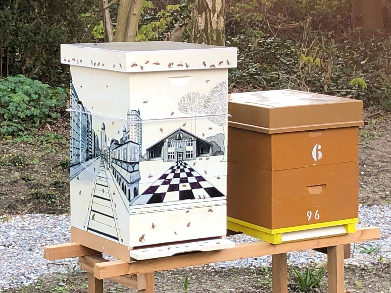 Bijenkast geschilderd door vereniging voor schilderen, tekenen en aquarelleren Het Gelders Palet in Wageningen